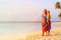 La madre feliz con dos niños disfruta de vacaciones de la playa Imagen de archivo libre de regalías