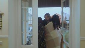 La madre feliz con las hijas encuentra a su marido después de trabajo en casa metrajes
