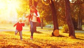 La madre feliz de la familia e hija del niño la pequeña el otoño caminan foto de archivo libre de regalías