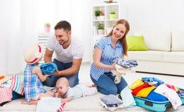 La madre feliz de la familia, el padre y dos niños embalaron las maletas FO Foto de archivo libre de regalías