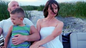 La madre feliz, padre e hijo, da las vacaciones de goce extendidas, montar a caballo feliz en un barco, padres de la familia con  almacen de metraje de vídeo