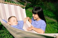 La madre feliz y su hijo tienen un resto Fotos de archivo libres de regalías