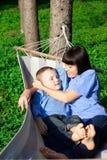 La madre feliz y su hijo tienen un resto Imagen de archivo