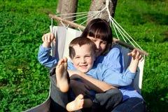 La madre feliz y su hijo tienen un resto Fotos de archivo