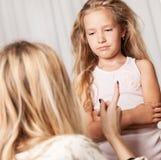 La madre giura dalla figlia fotografia stock libera da diritti