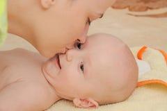 La madre gode di di giocare con i suoi cinque mesi di neonato Fotografia Stock Libera da Diritti