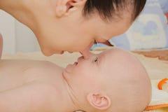 La madre gode di di giocare con i suoi cinque mesi di neonato Fotografia Stock