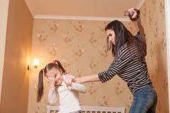 La madre golpeó su ldaughter con la correa Imagen de archivo