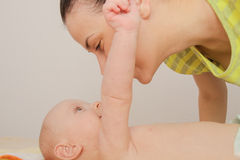 La madre goza el jugar con sus cinco meses de bebé Fotografía de archivo