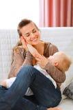La madre ha messo la mano del bambino alla sua guancica Immagine Stock Libera da Diritti