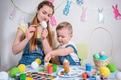La madre insegna al bambino a fare gli elementi del mestiere fotografia stock