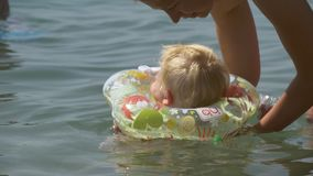 La madre insegna al bambino a nuotare archivi video