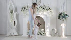 La madre insegna al loro bambino a camminare archivi video