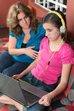 La madre intenta hablar con su hija enviciada Internet Fotografía de archivo libre de regalías