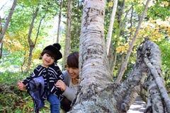 La madre japonesa joven está jugando con su hijo Fotografía de archivo