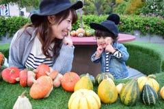 La madre japonesa joven está jugando con su hijo Imagen de archivo