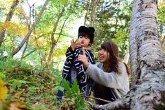 La madre japonesa joven está jugando con su hijo Foto de archivo