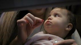 La madre joven alimenta a una niña con un queso de Suluguni almacen de metraje de vídeo
