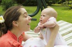 La madre joven comunica con el bebé. Fotos de archivo libres de regalías