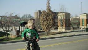 La madre joven cruza la ciudad del camino que detiene a su niño pequeño 4k almacen de video