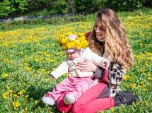 La madre joven feliz celebra a una hija del bebé Fotografía de archivo libre de regalías