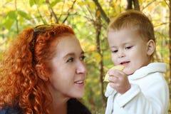 La madre joven habla con su pequeña hija Imagen de archivo libre de regalías
