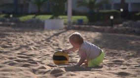 La madre joven juega con su beb? con la bola en la c?mara lenta almacen de metraje de vídeo
