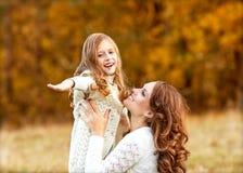 La madre joven y su niña pequeña se divierten, el día de madre Fotografía de archivo