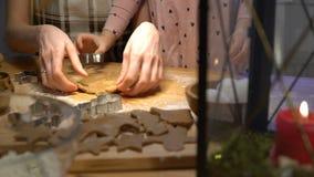 La madre joven y su pequeña hija preparan las galletas de la Navidad metrajes