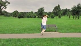 la madre 4k che gioca con il suo piccolo blu di un anno ha osservato il figlio grazioso nel parco dell'erba verde in pieno degli  stock footage