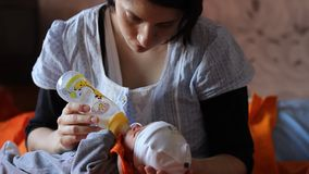La madre la alimenta recién nacida almacen de video