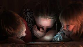La madre, la hija y el hijo ríen