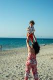 La madre lanza para arriba al hijo Imágenes de archivo libres de regalías