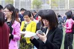 La madre lee su letra ceremonial adulta del ` s de la hija, adobe rgb Foto de archivo libre de regalías