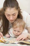 La madre legge il libro al bambino. Fotografie Stock Libere da Diritti