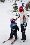 La madre lleva a la hija a la lección del esquí Imagen de archivo