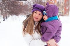 La madre mantiene a un pequeño niño sus brazos. Imágenes de archivo libres de regalías