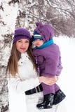 La madre mantiene a un pequeño niño sus brazos. Foto de archivo libre de regalías