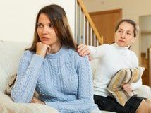 La madre matura chiede il perdono dalla figlia fotografia stock libera da diritti