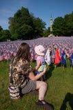 La madre mostra a bambino 20.000 bandiere americane Fotografia Stock Libera da Diritti