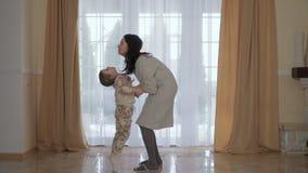 La madre prende sua figlia sulle mani stock footage