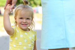 La madre que celebra al aire libre sonriente de la niña divertida da el retrato Fotografía de archivo libre de regalías