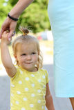 La madre que celebra al aire libre sonriente de la niña divertida da el retrato Imágenes de archivo libres de regalías