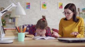 La madre rimprovera sua figlia per i cattivi studi stock footage