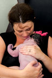 La madre se acurruca recién nacido Foto de archivo libre de regalías