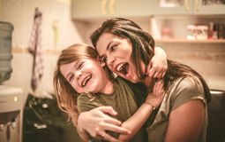 La madre se divierte con la hija Cierre para arriba Fotos de archivo
