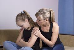 La madre si è preoccupata per la figlia triste infelice Immagini Stock Libere da Diritti