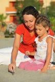 La madre si siede a secco con la figlia fotografia stock libera da diritti