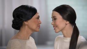 La madre siente la felicidad para su hija, expresando amor, frente conmovedora almacen de metraje de vídeo