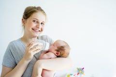 La madre sta alimentando il suo bambino Fotografia Stock